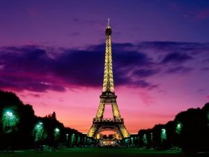 Postal: La Torre Eiffel dorada, de noche