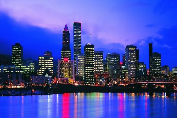 Skyline nocturno de la ciudad de Portland, Oregón (USA)