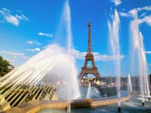 Postal: Fuentes cerca de la Torre Eiffel (París, Francia)