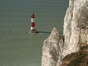 Postal: Faro cerca de los acantilados blancos de Dover (Inglaterra)