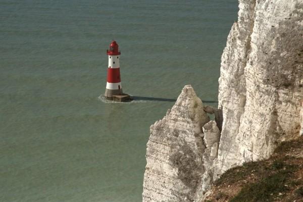 Faro cerca de los acantilados blancos de Dover (Inglaterra)