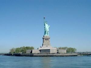 Postal: Estatua de la Libertad, en la pequeña Isla de la Libertad (Nueva York)