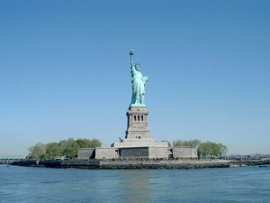 Estatua de la Libertad, en la pequeña Isla de la Libertad (Nueva York)