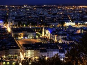 Vista panorámica de la ciudad de Lyon (Francia) de noche