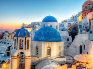 Cúpula azul de una iglesia y otros edificios colindantes en Santorini (Grecia)
