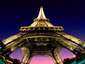 Postal: La Torre Eiffel vista desde la base (París)