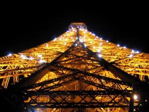 Postal: Luces brillantes en la Torre Eiffel de noche