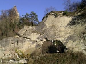 Gran telaraña en el hueco de la roca