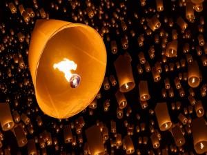 Linternas de fuego voladoras en la noche