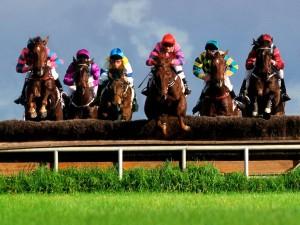 Postal: Una carrera de caballos con obstáculos