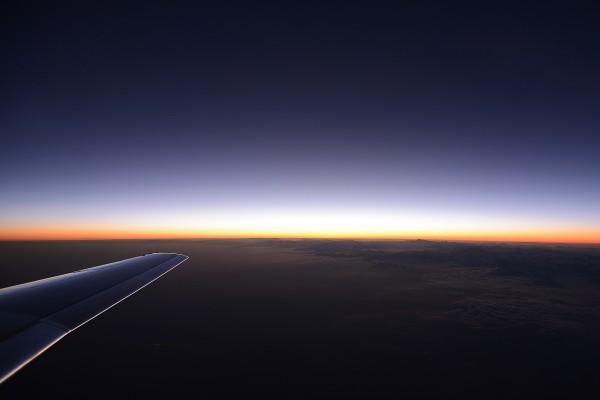 El ala del avión bajo el horizonte