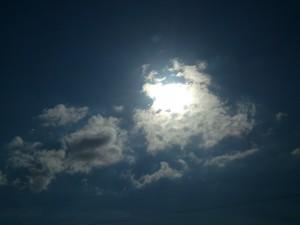 El sol iluminando las nubes