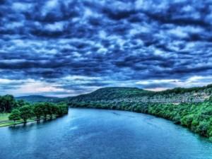 Cielo encapotado sobre un río