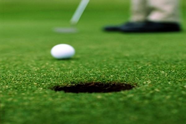 Embocando la bola de golf