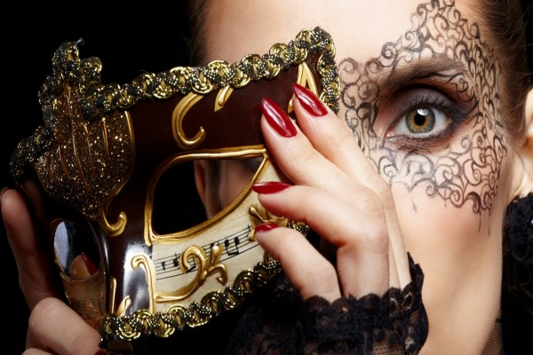 Mujer con una máscara de carnaval
