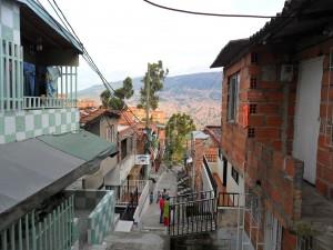 Postal: Calle estrecha de un barrio humilde
