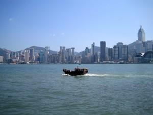Barca navegando cerca de la Isla de Hong Kong (China)