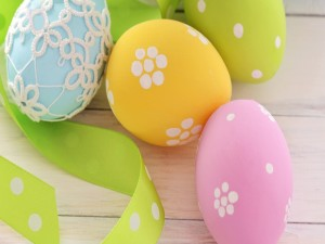 Postal: Huevos pintados de colores