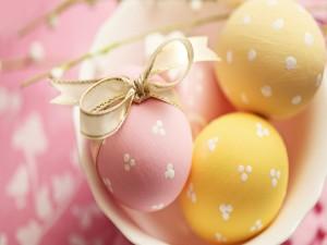 Postal: Huevos de Pascua con un lacito