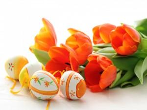 Huevos de Pascua y tulipanes naranjas