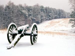 Un antiguo cañón cubierto de nieve