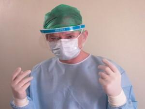 Cirujano listo para entrar en quirófano