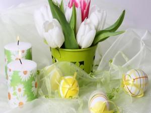 Postal: Velas, flores y huevos de Pascua