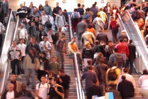 Viendo a la gente subir y bajar escaleras