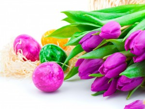 Huevos de Pascua y tulipanes lilas