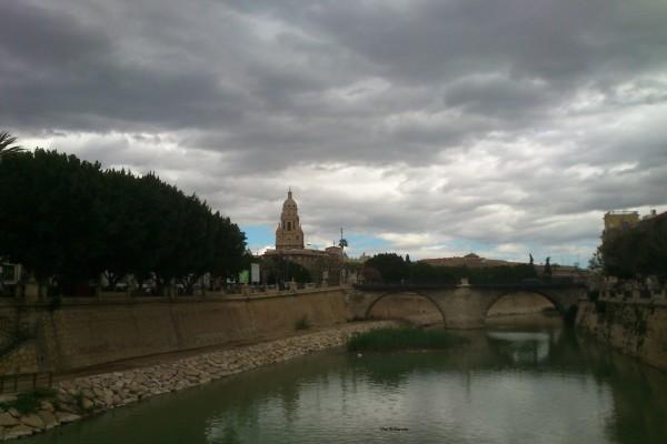 El río Segura a su paso por Murcia, España