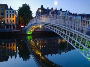 El Ha'penny Bridge (Puente del Medio Penique) sobre el río Liffey, Dublín (Irlanda)