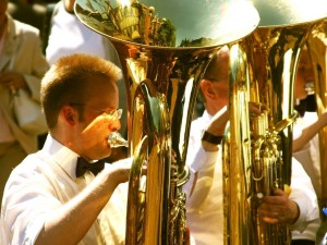 Músicos tocando la tuba