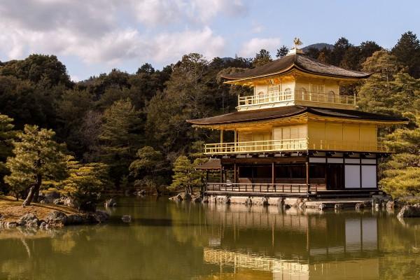 Templo del Pabellón de Oro (Kinkaku-ji o Rokuon-ji) en Kioto, Japón