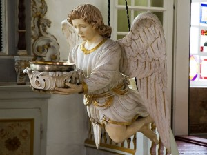 Postal: Escultura de un ángel sosteniendo una palangana