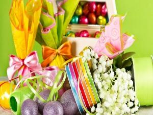 Postal: Huevos de Pascua con cintas y flores
