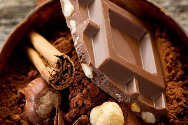 Chocolate con avellanas, cacao en polvo y canela