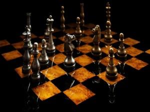 Tablero de ajedrez con piezas metálicas