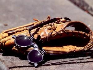 Postal: Guante y gafas para jugar al béisbol