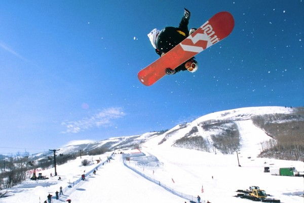 Espectacular salto de snowboard, en Park City (Utah)