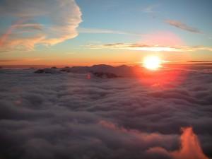 El sol asomando sobre las nubes