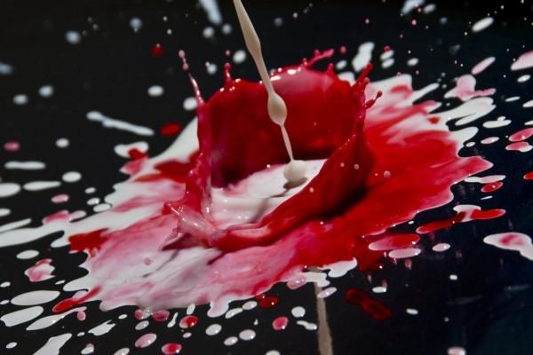 Mezcla de líquidos blancos y rojos