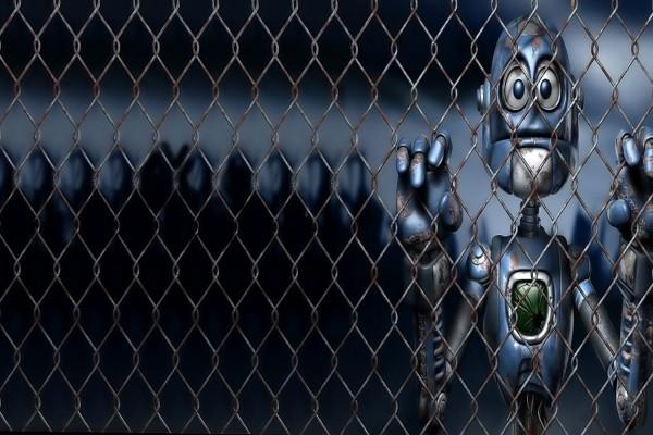 Robot tras una valla metálica