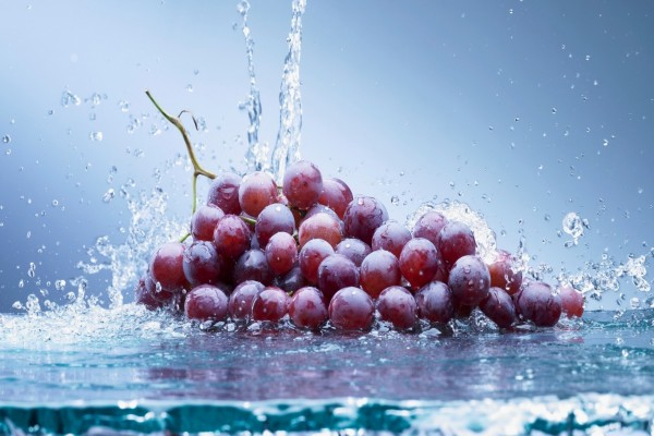 Uvas bañadas en agua