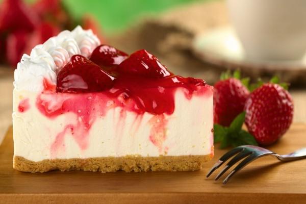 Pastel de queso con fresas y nata