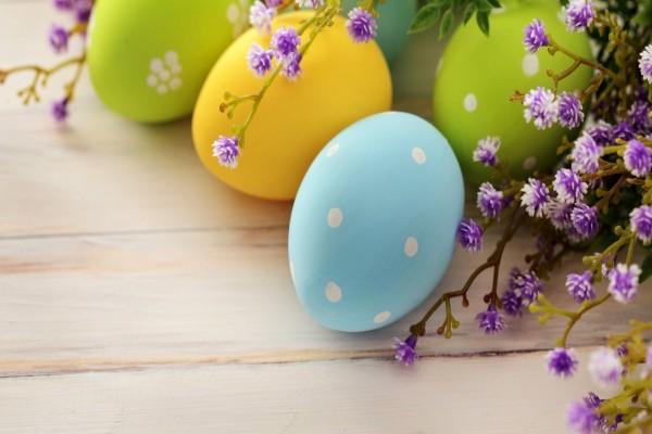 Huevos de Pascua y florecillas