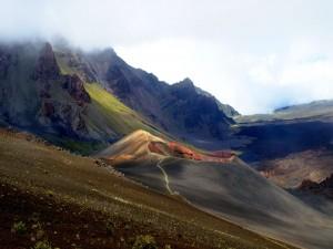 Sendero por la ladera de la montaña