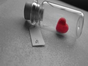 Corazón dentro de una botella de vidrio