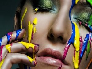 Chica con pintura sobre la cara