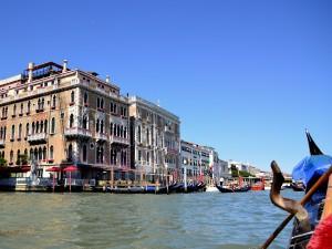 Paseo en góndola por uno de los canales principales de Venecia (Italia)