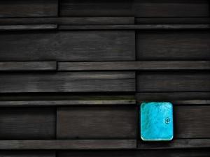 Postal: Caja azul con cerradura